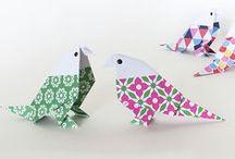 DIY Papier & Origami  / 3D Papercraft / Le plein de tutoriels DIY papier, pop-up, kirigami, origami, quilling... pour apprendre toutes les techniques de l'Art du Papier grâce à nos pas à pas sur DaWanda.com <3 Cartes pop-up, fleurs en papier, papillons en papier, bijoux origami... faites-le plein d'inspiration, c'est facile et rigolo ! A faire seul ou avec des enfants ! Pliage, colle, ciseaux... à vos rouleaux !