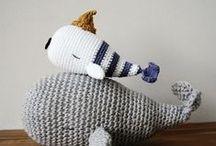 DIY Amigurumi / Crochet / Succomberez-vous aux amigurumis ? Ces drôles d'animaux et petits compagnons réalisés au crochet nous viennent tout droit du japon... et sont tout ronds et très mignons !  Faites le plein de patrons et tutoriels DIY pour réaliser vous-mêmes de jolis modèles de doudous pour vos proches ou pour vous-même, avec un crochet, de l'ouate et une bobine ! Pour le simple plaisir de créer <3 #amigurumi #tricot #patron #doudous #fait-main #DIY
