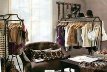 Displaying clothes and jewelry - walk in closet / walk in closet inspiration ideas