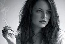 Emma Stone / Loira, morena, ruiva. Comédia, romance, terror. Não é tão fácil encontrar uma atriz tão versátil – e que fique tão linda com qualquer cor de cabelo. Conheça um pouco mais sobre a beleza marcante de Emma Stone.  http://www.testosterona.blog.br/2015/03/12/a-sensualidade-de-emma-stone/