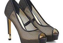 Guess shoes SS16 / Il marchio americano Guess è simbolo di uno stile di vita giovane, sexy e avventuroso. Le calzature Guess, caratterizzate da un design in continua evoluzione, nascono da una lavorazione curata nei dettagli e da progetti e materiali innovativi per un prodotto senza tempo e di alta qualità.