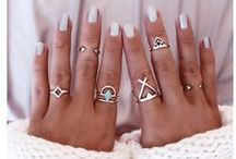 Pierścionki / Pierścionki mogą być duże i rzucające się w oczy lub delikatne i subtelne. Nosi się po kilka pierścionków na jednej dłoni lub jeden w rozmiarze XXL. Można zakupić gotowe zestawy obrączek różnej szerokości, które zakłada się tradycyjnie, u nasady palca lub na jego dalszej części. Duże pierścionki z kolorowymi oczkami podkreślają charakter wieczorowego stroju, a na co dzień doskonale prezentują się dopasowane kolorystycznie do stroju.