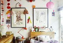 Kid's Room / Her får du en masse dejlig inspiration til indrette et fint og praktisk børneværelse. Hos Lirumlarumleg.dk har vi mange skønne sager, såvel til piger som drenge. Udover møbler og dekorations genstande kan vi også byde på et udvalg af lækre tekstil produkter fx økologisk sengetøj, pyntepuder og meget mere. Vi har også et stort udvalg indenfor børnemøbler, lamper, gulvtæpper, opbevaring, wallies, uroer, dekoration. Du kan shoppe lige når du vil, vi holder nemlig åbent døgnet rundt i vores webshop.