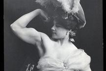 """Fière à bras (et à plumes) / Charmion, artiste de trapèze et """"strong woman"""", 1875-1949. Particlièrement connue pour son numéro de striptease sur trapèze..."""