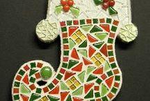 "Mozaiek ""Kerst Pakketten"" / Mozaiek DIY (Do-it-yourself) pakket. Leuk om zelf na te maken of weg te geven als cadeau!  http://www.mozaiektegeltjes-enzo.nl/c-2325727/pakketten-seizoenen/"