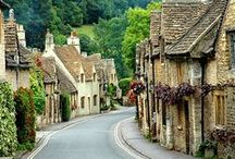 Cute Cotswolds Corners / The sublime countryside of the Cotswolds is perhaps the first image one conjures when imagining the English landscape. A land of honey-coloured stone houses and an area of outstanding natural beauty.