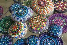 Mandala Stones and Dot Arts / Mandala Meditatie stenen handgeschilderd
