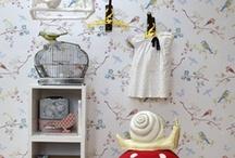 I love 'Birdies' / Hier ist das Vögelchen! Nein, nicht das 'imaginäre' Vöglein in der Fotokamera ... sondern all die lieblichen, gefiederten Freunde, die jetzt in den (Kinder-) Zimmern erscheinen! Als Vorboten des Frühlings erfüllen sie das Zuhause mit Wärme, Verwunderung und Heiterkeit. Vögel fliegen schon eine ganze Weile durchs Modeland, aber 2012 jetzt erobern sie auch Ihr Zuhause. Zeit, um Ihr Nest, ... äh Interieur mit niedlichen Piepmätzen zu schmücken!