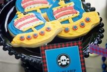 I love 'Pirates' / Ahoi, Landratten! Neben Prinzessinnen und Ritter stehen auch Piraten in den Top 3 von Kindern, was Kostüme und Personen betrifft, die sie gern einmal sein würden.  Aber der Piraten-Trend geht viel weiter als nur ein Outfit. Skulls & Bones leuchten in allen Formaten auf (Schul-) Taschen, Spielzeugen und jeder Menge Sachen für das Kinderzimmer. Manchmal lustig und fröhlich, aber auch dunkel und unheimlich, doch alle verbindet die Magie des rauen, wilden Seeräuberlebens. Also dann: Hisst die Segel!