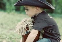 I love 'Cowboys' / Warnung! Immer mehr raue, waghalsige Männer auf schnellen Pferden, mit großen Hüten, einem Colt, einem  Lasso in der Hand und einer Mundharmonika, die nichts lieber tun, als wilde Rinderherden über staubige Prärien zu treiben, halten Einzug ins Kinderzimmer! Das klingt nach großen Abenteuern ...