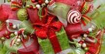 Christmas Wreaths / The Art Of Decorating With Wreaths In The Spirit Of Christmas