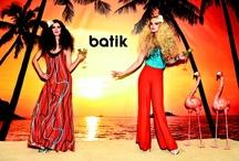 """2012 Summer 'Tropical' / Batik'in 2012 ilkbahar yaz koleksiyonunun en eğlenceli teması """"Tropikal""""… Bu yaz çiçek ve palmiye desenli ürünler oldukça revaçta… Bir ressam tablosu güzelliğiyle karşımıza çıkan Tropikal teması, uzun elbiseler, uzun etekler ve üstlerle tamamlanıyor. Sıcak renkler de alabildiğince ön planda. Bu yaz ister tatilde ister şehirde olun Batik """"Tropikal"""" koleksiyonu ile trendi yakalayın!"""