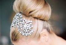 Chignons / L'une des coiffures adoptée par les femmes pour leur mariage, c'est le chignon. On peut même l'agrémenter de petits accessoires cheveux : strass, peignes, cristaux... Toutes les inspirations en matière de chignons féminins sont rescencées ici.
