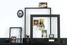 Schilderijen & foto's ophangen - Hanging paintings & pictures / Over het algemeen worden schilderijen, prenten en foto's te hoog aan de wand gehangen. Het middelpunt van de afbeelding moet zich ongeveer op ooghoogte bevinden als u staat. Ook als u zit zal de afbeelding dan nog goed tot zijn recht komen. Hang liever iets te laag dan te hoog. Wilt u meerdere schilderijen of foto's naast elkaar hangen, hang dan afhankelijk van de afmeting alle boven- of onderkanten op dezelfde hoogte.