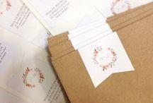 Crème de Papier > Mariage / Wedding :: Jour J / D-Day / Sticker / Tampon bois / Etiquette / Menu / Nom de table / Plan de table / Marque-place / Livret de messe / Badge / Arbre à empreintes / Panneau photobooth / Habillage livre d'or