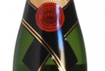 Kleine flesjes champagne / De bekende kleine flesjes champagne worden ook wel piccolo's genoemd. Je haalt precies twee champagneglazen uit één zo'n piccolo van 200 ml. Een formaatje groter noemen we demi-bouteille oftewel een halve reguliere fles. Dat is dan 375 ml want een reguliere champagnefles is altijd 75 cl. Te koop bij www.ChampagneBabes.nl