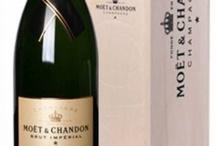 Grote champagneflessen / In een magnumfles behoudt een champagne het langst zijn frisheid en bovendien oogt het extra feestelijk zo'n mooie grote fles. Maar we hebben nog grotere champagneflessen, tot de Midas van 30 liter. Dat staat gelijk aan 40 reguliere flessen!