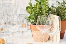 Mariage en Toscane / esprit champêtre et méditerranéen / végétaux : tournesols, lavande, romarin, sauge, olivier, paille / matières : pots en terre cuite, zinc, bois, verre / textiles : coton blanc, lin naturel, jute, chanvre, ficelle, dentelle ancienne...