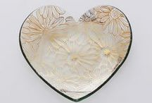 Hearts / Annieglass Hearts are favorites year after year, and we think we know why: Annie has designed an assortment of different styles that speak to everyone's hearts and make for the most special gifts. The Heart Collection comes in Ruffle, 24k gold or genuine platinum trim, beautiful precious metal or our changing Collectible Heart pattern. These glass plates and bowls make for decadent dessert or hors d'oeuvres plates, jewelry holders or home décor accents. Available for personalized engraving!