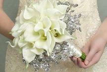 Bruidsbloemen / #bruidsbloemen #bruidsboeket #bruiloft #bloemen #voorbeelden #inspiratie #bruidsboeketten / by verstuureenbloemetje.nl