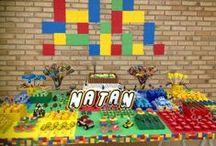 Festa Lego / Decoração de festa de aniversário no tema de Lego, com mesa, bolo, lembrancinhas e comidas inspiradas nesses blocos de montar.