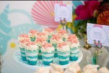 Festa Sereia / Decoração de festa de aniversário no tema de sereia, com mesa, bolo, lembrancinhas e comidas que remetem ao fundo do mar e praia.