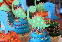 festa Dinos / Decoração de festa de aniversário no tema de dinossauros, com mesa, bolo, lembrancinhas e comidas que lembrar a idade das pedras.