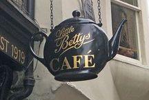 """C A F É / """"Aus einem vertrauten, zweisamen Gespräch im Cafe kann Ganzheit wachsen und rundherum fängt die Luft zu schwingen an.""""  (Irina Rauthmann  (*1958), deutsche Aphoristikerin und Lyrikerin)"""
