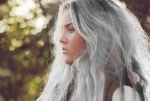 Cheveux gris et cheveux blancs