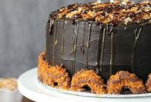 Girl Scout Cookie Inspired Recipes / What's your favorite Girl Scout Cookie? Are you a fan of Samoas or Thin Mints? These Girl Scout cookie inspired recipes will always keep you on your toes.