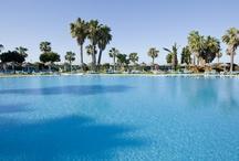 ILUNION Islantilla - Huelva / ILUNION Islantilla combina el destino de costa idílico, con el golf y la modernidad en el diseño. Ofrece 344 habitaciones completamente equipadas, Wi-Fi gratis, Internet point, parking del hotel, piscina de verano e invierno, bar-cafetería, bar-terraza, restaurante a la carta, buffet, gimnasio, discoteca, spaconfort, deportes y ocio.  En resumen: pasarás unas vacaciones únicas. por ILUNION Hotels