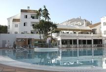 ILUNION Menorca / El apartahotel ILUNION Menorca se encuentra ubicado en el privilegiado destino de Cala Galdana con las mejores playas de Menorca a su alrededor. El hotel dispone de 123 apartamentos de uno o dos dormitorios con terraza, amplios y cómodos. Cuentan con una amplia terraza, baño con bañera y salón-comedor en el que está integrada la cocina, snack-bar, restaurante, piscina exterior y Wi-Fi gratuito.  ¿Te vienes? http://www.ilunionmenorca.com/ por ILUNION Hotels