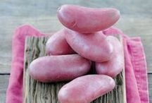 Chérie, le meilleur vient du coeur ! / Fille de Roseval, la pomme de terre Chérie a hérité de la peau rouge de sa mère. Elle a une forme allongée et régulière et une excellente tenue à la cuisson. Fondante, elle a un goût rappelant la châtaigne. A déguster cuite à la vapeur, rissolée à la poêle, en gratin ou en accompagnement de raclette.