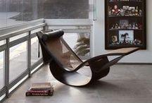 Móveis que são obras de arte / Uma cadeira, um abajur, uma mesa de canto.  Uma peça bem escolhida pode transformar seu hambiente