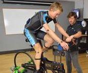 Retül / Body Geometry Fit / Desarrollado después de años de trabajo con el Dr. Andy Pruitt Ed.D., PA del Centro de Medicina Deportiva de Boulder y únicamente disponible a través de tu distribuidor Specialized, Body Geometry Fit es un método comprensivo de ajuste creado para ayudar a los ciclistas a ir más rápido, por más tiempo y con mayor comodidad, a la vez que se reduce el riesgo de lesiones.