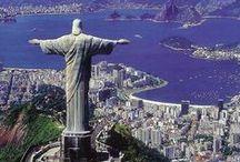 """Brasilien / Seinen Namen verdankt das Land dem wertvollen, roten """"Brasilholz"""", das die portugiesischen Eroberer im dichten Regenwald an der Atlantikküste vorfanden und zu Färbestoff verarbeiteten. Brasilien ist das flächenmäßig größte Land Südamerikas. Im Norden dehnt sich der Amazonas-Regenwald aus, im Landesinneren finden sich weite Savannen, an der Küste riesige Metropolen. Erleben Sie den Carneval von Rio, gehen auf  Dschungel-Safari oder entspannen an einem der traumhaften Stränden."""