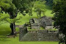 """Honduras / Honduras bietet sich für einen abwechslungsreichen Urlaub an. Das bekannteste Ausflugsziel ist vermutlich Copán: eine der größten Städte der Maya, die mitten im Dschungel liegt. Die Strände an der Karibikküste laden zum Erholen ein, während sich das bergige Binnenland mit Flusstälern insbesondere für erlebnisorientierte Aktivitäten eignet. Besuchen Sie zum Beispiel die """"Mosquitia"""", die größte noch zusammenhängende Regenwaldregion Zentralamerikas und Schutzgebiet vieler bedrohter Tierarten!"""
