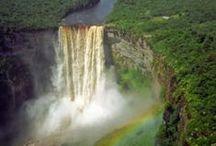 Guyana / Benannt nach dem Guayana-Gebirge, liegt das Land zwischen Venezuela, Brasilien und Suriname. Im Norden grenzt es an den Atlantik. Etwa 75% sind mit Regenwald bedeckt, was zur dünnen Besiedlung beiträgt. Es zeichnet sich durch Wasserfälle und unberührte Natur aus. Die Kooperative Republik Guyana, so der volle Name, weist tropisches Klima und eine kurze Regenzeit von Dezember bis Januar auf. Die noch nicht einmal 800.000 Einwohner leben vor allem an der Küste, 140.000 in der Hauptstadt Georgetown.