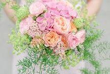 Bröllopsbuketter / Inspireras av vackra brudbuketter med säsongens blommor. Våra florister är duktiga och kan utforma din bukett efter dina önskemål.