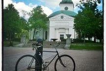 PikkuSibelius pyöräilyreitti / PikkuSibelius on pyöräilyreitti Hämeenlinnassa  Vanajavedenlaakson kansallismaisemissa. Reitti kulkee pitkin Vanajaveden rantoja, joissa Sibelius vietti aikaa lapsena. Reitti on pääosin kevyen liikenteen väyliä puistoissa. Reitin yläosa Aulangolle päin on ~ 6 km, alaosa etelään on ~ 10 km, kesto ilman pysähdyksiä ~ 1.5 tuntia, mutta aikaa kannattaa varata pysähdyksiin. Pyörän saat tarvittaessa vuokrattua Linnan Pyöräverstaalta. Teimme reitin Sibeliuksen 150 juhlavuoden kunniaksi kesällä 2015.