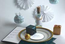 Blue & copper wedding style ideas / Miedź cieszy się niesłabnącym powodzeniem w kręgach stylistów i projektantów. Nie trudno zgadnąć dlaczego. Ten ekologiczny i niepospolity materiał, o wyjątkowych właściwościach i szlachetnym wyglądzie, uwodzi prostotą i zmiennością swojej natury. Miedź świetnie współgra z szeroką paletą barw od mocnych błękitów po turkusy, róże, szarości ... czerń. Kompozycji barwnych wymieniać można bez liku! Istotne, aby miedź pojawiła się w akcentach.