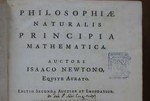 APADRINAT! Philosophiae naturalis principia mathematica ... / Obra d'Isaac Newton .Els Principia constitueixen l'obra cabdal del físic anglès. En aquesta 2a edició (la primera data del 1687), publicada en vida de l'autor i a cura del seu amic i col.laborador Roger Cotes (1682-1716), matemàtic, professor al Trinity College de Cambridge. L'edició, d'acurada tipografia, inclou nombrosos diagrames, i presenta, a la portada, un gravat calcogràfic amb l'emblema de la Universitat de Cambridge. La còpia conservada al CRAI Biblioteca de Reserva és l'única a l'Estat