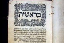 Hamissa hummese Tora. Venezia: nidpas shelishit al yede Daniel Bombergi me-Anversa, 1525. / No hem trobat referenciat cap altre exemplar d'aquesta 3a ed. de la Bíblia en cap base de dades del món, tot i que en trobem altres edicions fetes pel mateix impressor. L'edició de la Bíblia hebrea feta per Daniel Bomberg en 1525 a Venècia ha servit de base per a totes les bíblies hebrees fins al segle XX. Acompanyen aquest volum nostre una sèrie d' ex-libris i notes manuscrites que també el fan únic: prové del Convent de Sant Francesc d'Assís de Barcelona.