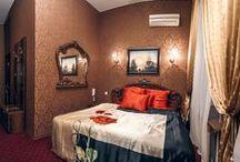 """Номер стандарт """"1"""" свадебного отеля """"Питер Hotels"""" / Мягкое сияние света, резная мебель темной породы дерева, благородная сдержанная гамма цветов интерьера - именно таким предстанет перед вами номер стандарт""""1"""" почасового отеля """"На камнях"""". Для вашего удобства в номере есть кондиционер, wi-fi, подогрев полов."""