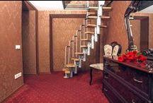 """Номер стандарт """"3"""" свадебного отеля """"Питер Hotels"""" / Номер стандарт """"3"""" - это двухэтажное помещение, где на втором этаже вы сможете насладиться бокалом вина или шампанского. Просторную двухместную кровать дополняет резной гарнитур из дерева темной породы и камин. Комфортный микроклимат в комнате создает кондиционер и подогрев полов."""