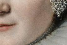 Gigapixel : Bijoux ● Jewels / Or, perles et diamants brillent de mille feux chez Rembrandt comme chez Ingres : retrouvez les bijoux qui parent leurs personnages… ● Gold, pearls and diamonds are shining in Rembrandt's or Ingres' paintings: spot all the jewels that adorn their characters…