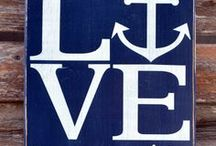 """Maritim Hochzeit / Du bist genauso Anker-verliebt und hast eine nautische Ader? Gestalte deine Hochzeit im """"Maritim Look"""". Besonders mit einer Kombination aus Blau-Weiß-Apricot oder Lachs erhält das Ganze eine zarte Seite und rundet das Motto ab."""