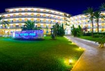 JS Alcudi-Mar, Playa de Muro / Situado a tan sólo 100 metros de la impresionante playa de Playa de Muro, el hotel de 4 estrellas dispone de magníficas suites y habitaciones totalmente renovadas y cuenta con una espléndida piscina exterior con Jacuzzi y terraza Snack Bar; zona Spa Wellness con piscina lúdica, sauna, baño turco, sala de masajes; un completo gimnasio y un centro ciclista.  / by JS Hotels
