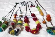 Bijou / Confeccionados básicamente en fieltro, con agregado de cordones, cadenas, maderitas y otros abalorios. Únicos e irrepetibles