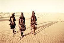 """Mizející kmeny - Himba (Severní Namibie, odhadovaný počet obyvatel asi 50.000 lidí) / """"Nezačínejte hospodařit s dobytkem, začněte s lidmi.""""  Himba je starověký domorodý kmen vysokých, štíhlých a vznešených pastevců. Od 16. století žili v rozptýlených osadách, což vedlo život, jenž zůstal praktiky v nezměněné podobě, napříč válkami a suchem. Kmenová struktura jim pomáhá přežít v jednom z nejextrémnějších míst na Zemi.   © Jimmy Nelson, Before they Pass Away"""